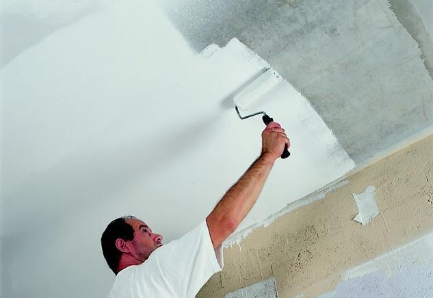 Как правильно побелить или покрасить потолок.